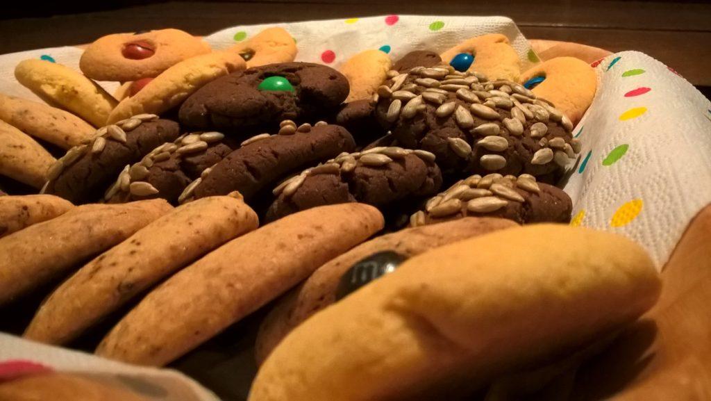 kącikowe wypieki ciastka amerykańskie w różnych wariantach: z bakaliami, kakaowe i kolorowymi cukierkami.