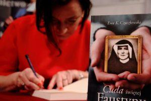 """zdjęcie p. Ewy K. Czaczkowskiej składającej autograf w swojej książce """"Cuda świętej Faustyny"""""""