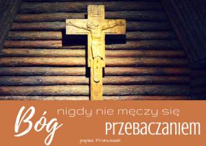 """Drewniany Krzyż z kaplicy Matki Bożej Anielskiej w Laskach oraz cytat papieża Franciszka """"Bóg nigdy nie męczy się przebaczaniem"""""""