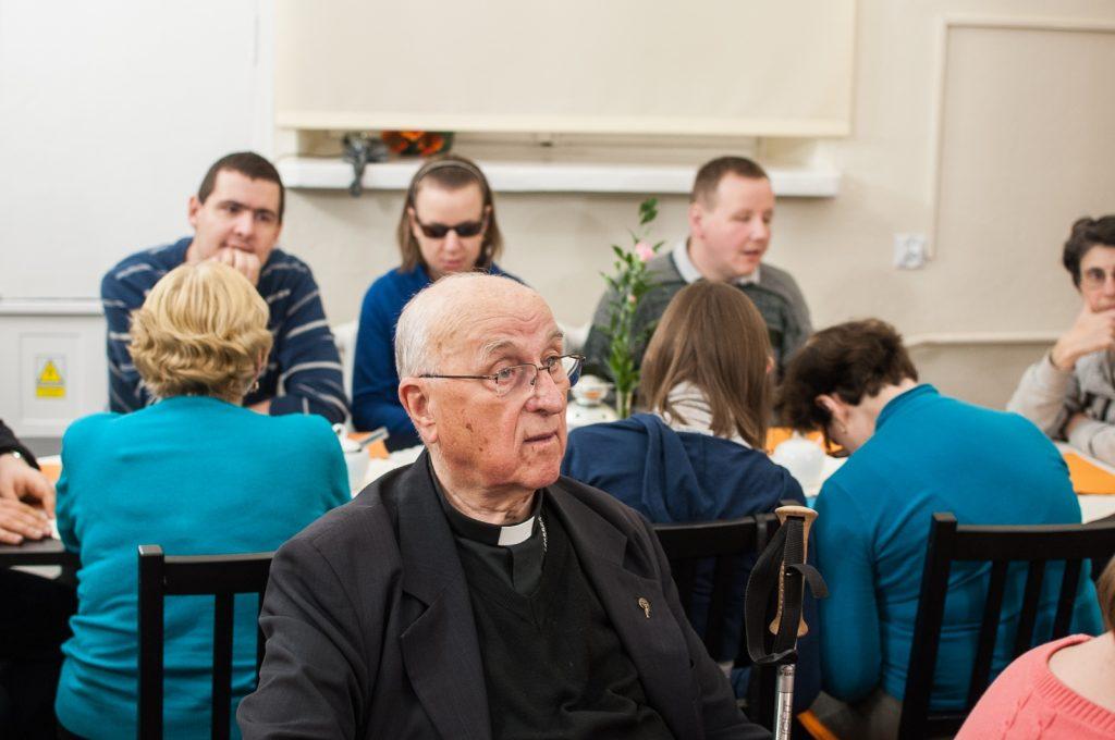 Na pierwszym planie siedzący przy stole ks. bp. Bronisław Dembowski na spotkaniu w Kąciku.