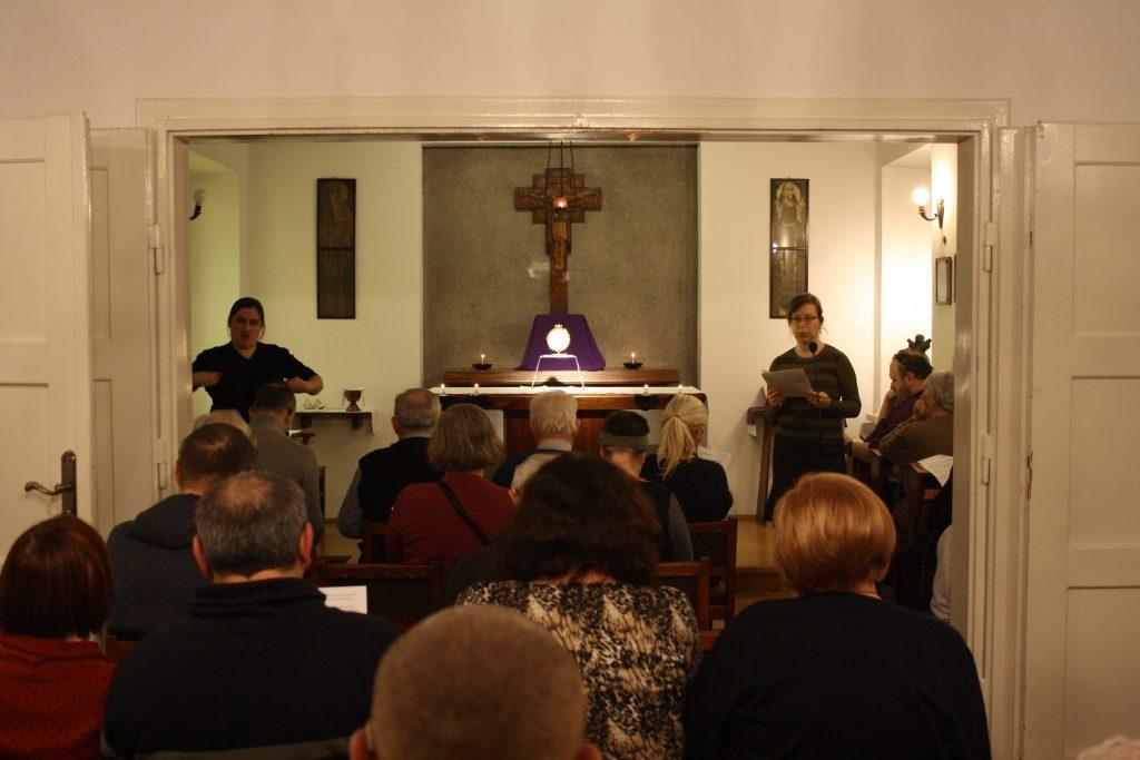 kaplica w domu rekolekcyjnym, wystawienie Najświętszego Sakramentu, od tyłu modlący się uczestnicy rekolekcji.