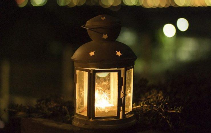 ciemność rozświetla lampion roratni