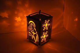 adwentowy lampion, rozświetlający mrok