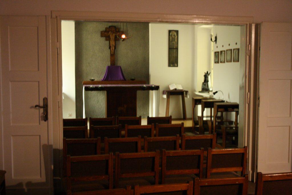wnętrze kaplicy w domu rekolekcyjnym w Laskach