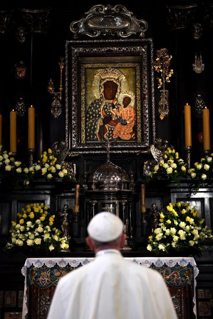 Papież Franciszek modli się w Częstochowie przed wizerunkiem Matki Bożej.