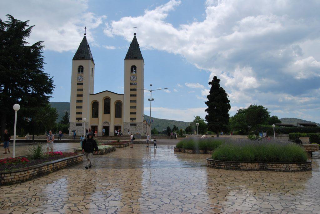 kościół w Medjugorje, pusty plac, mokry od deszczu