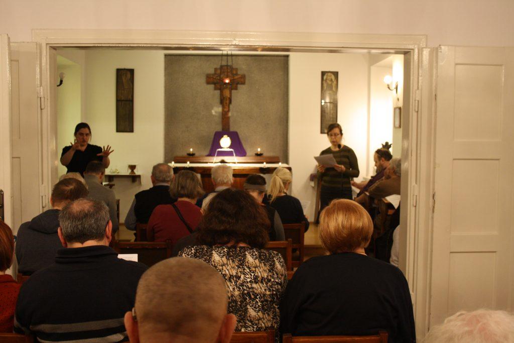 Kaplica w domu rekolekcyjnym w Laskach, wystawienie Najświętszego Sakramentu z udziałem uczestników rekolekcji dla głuchoniewidomych