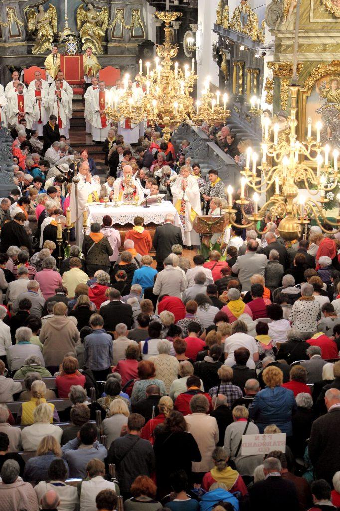 z lotu ptaka, pielgrzymi w łowickiej katedrze licznie zgromadzeni na ogólnopolskiej pielgrzymce w Łowiczu