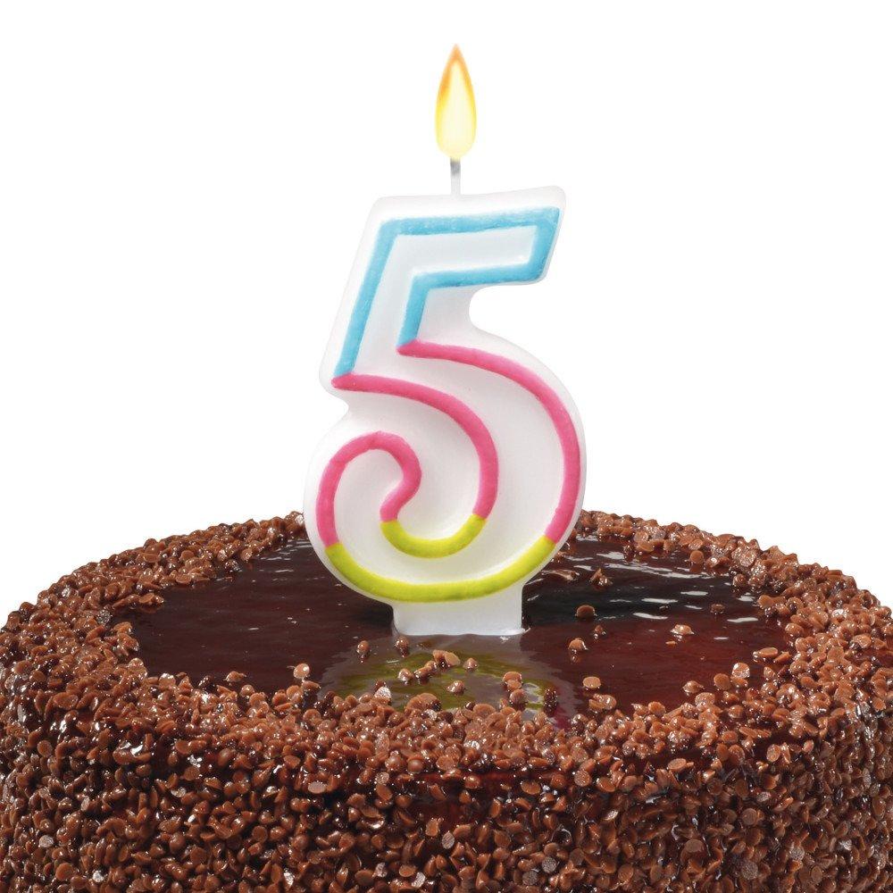 Na czekoladowym torcie zapalona świeczka w kształcie cyfry 5