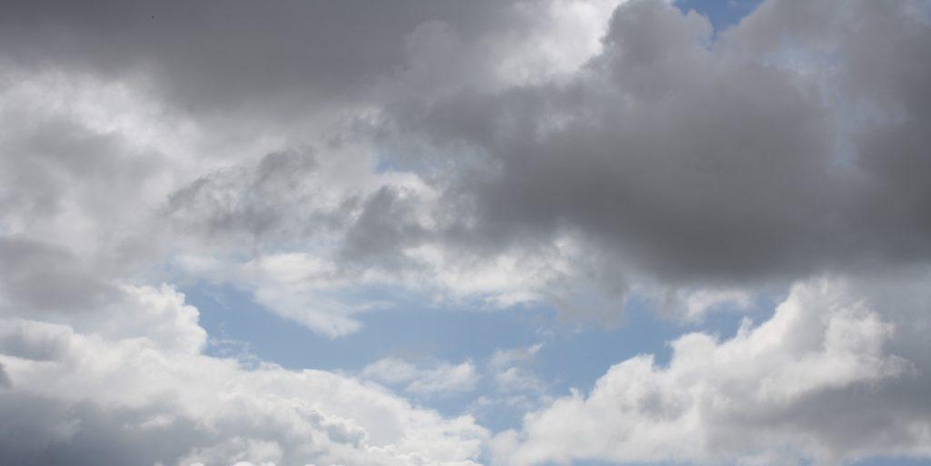 zachmurzone niebo z błękitnymi prześwitami