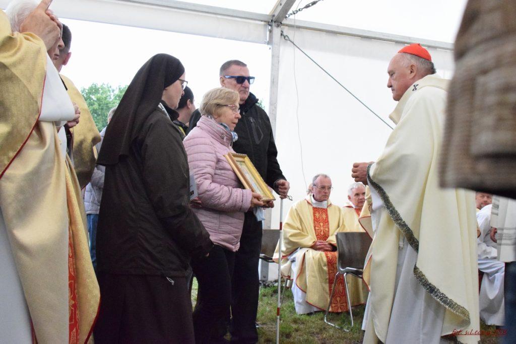 podczas procesji z darami, delegacje pielgrzymów przekazują dary na ręce ks. Kard. Kazimierza Nycza